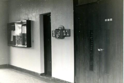 圖書館大門與公布欄.jpg