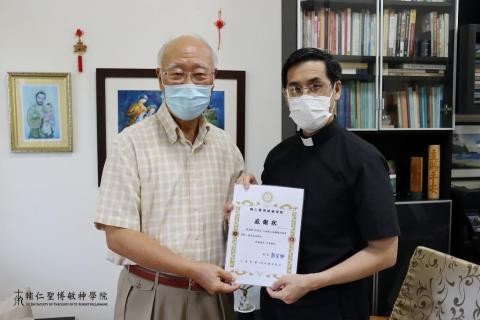 感謝中華民國前駐教廷特任大使杜筑生伉儷致贈本校精美圖書